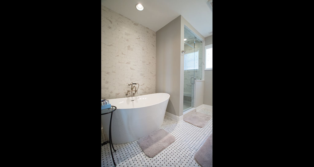 8 Master Bath - Tub - 306 Laurel.jpg
